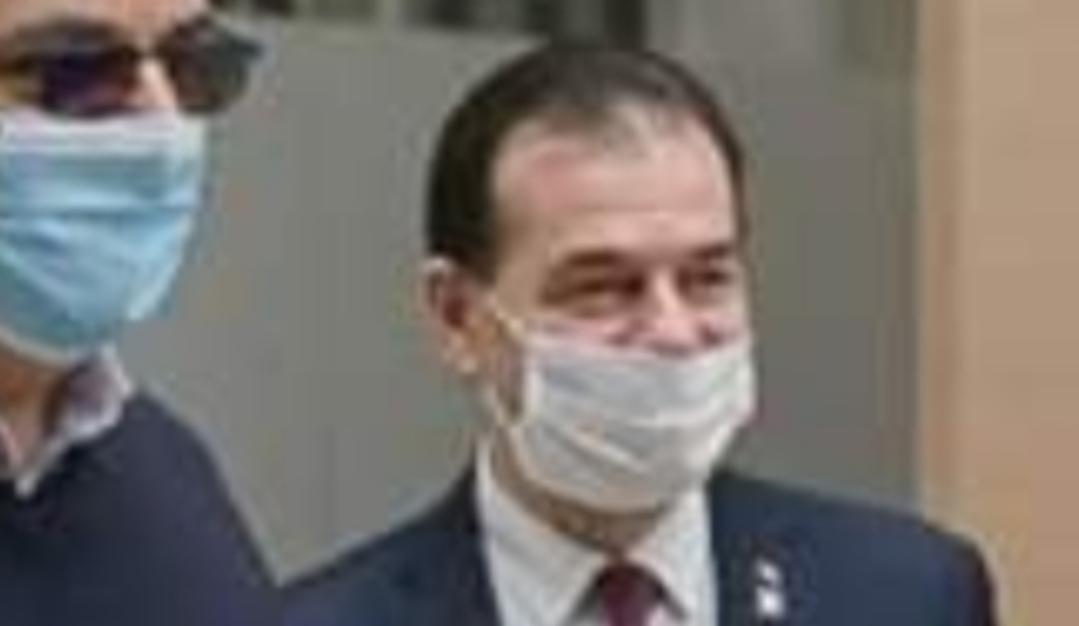 Orban poartă masca sub nas. E greșit. Corect e sub bărbie, ca să poți să și bei, nu doar să respiri