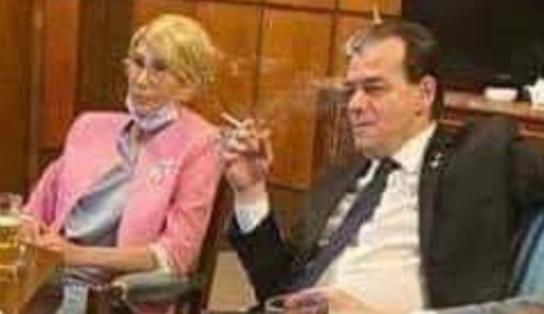 Premierul României fumând în birou fără mască
