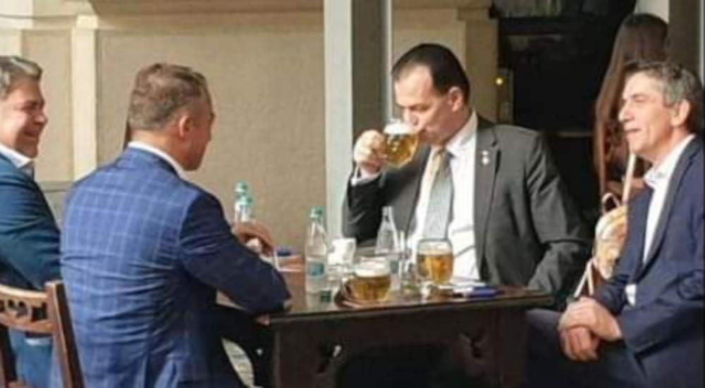 Și ăștia sunt proști, dar măcar pot ieși la o bere fără să fie nevoie de 3 dube de jandarmi ca să-i apere de populație