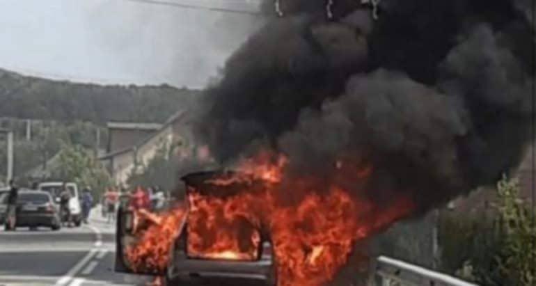 Un BMW a luat foc pe un drum județean. Cauza: șoferul ar fi încercat să semnalizeze!