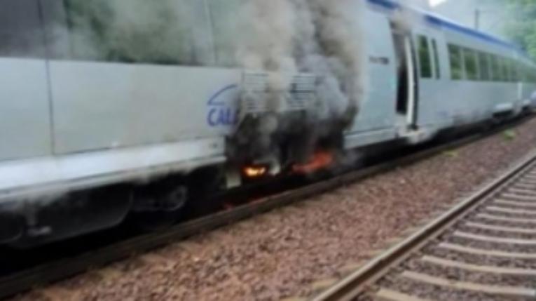 Tren în flăcări pe Valea Prahovei! Gonind cu 30 km/h, a luat foc la frecarea cu aerul!