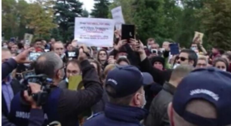 Protest la Sfânta Parascheva! Oamenii cer să fie lăsați să ia măcar hepatită!