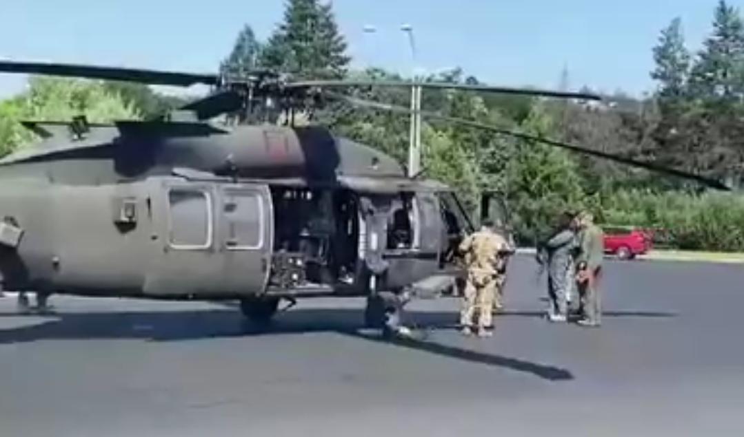 Un elicopter militar american a aterizat forțat în Piața Charles de Gaulle din Capitală și a doborât mai mulți stâlpi! Doamne, unde e bunicu' să vadă că în sfârșit au ajuns!