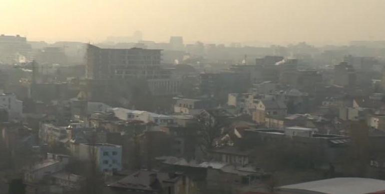 Poluare masivă în Bucureşti: a luat foc un câmp de prezervative folosite de lângă Gara de Nord!