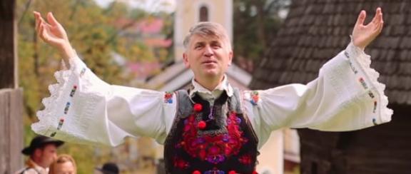Părintele Pomohaci apără tradițiile cu mâinile goale