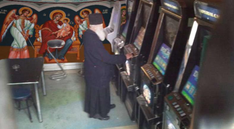 Un popă a montat păcănele în pronaos ca să poată deschide biserica!