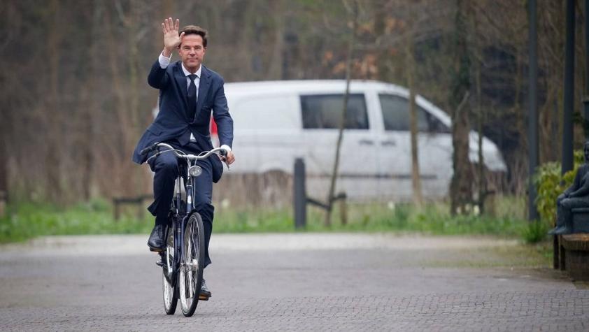 Premierul Olandei mergând la serviciu. O fi luat voucher de la Firea?
