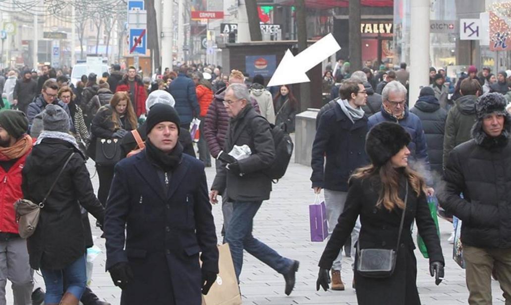 Președintele Austriei mergând la serviciu pe jos. La noi, politicienii merg cu elicopterul SMURD să se cace!