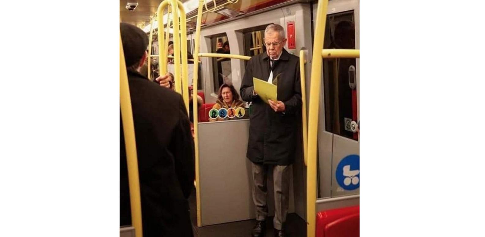 Președintele Austriei în metroul vienez, fără gardă de corp, fără girofar pe vagon ca să se dea la o parte celelalte vagoane
