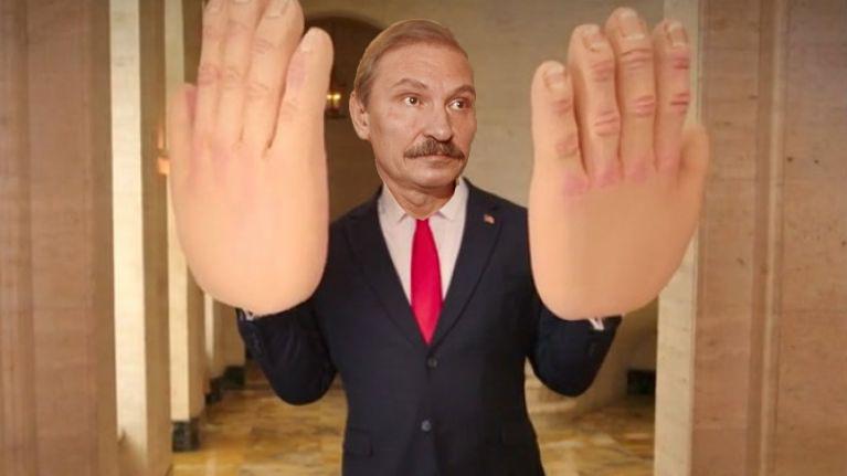 Un primar din Ialomița şi-a făcut operație de mărire de mâini ca să poată fura mai mult!