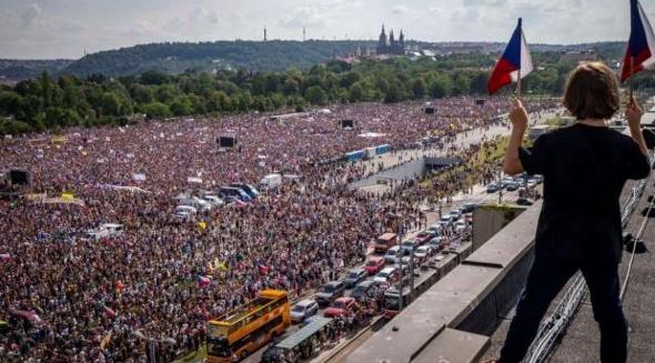 Ce proști și jandarmii din Cehia: să ai atâția oameni pașnicila protest și să nu-i gazezi, să nu-i rupi cu bătaia!