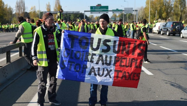 300.000 de protestatari în Franța și niciun protestatar pașnic rupt în bătaie cu pulanul!