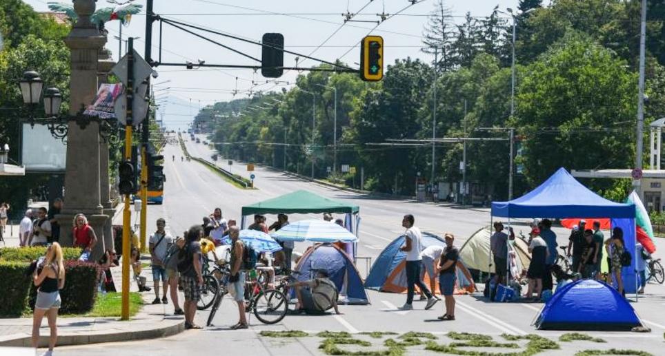 Protestatarii din Bulgaria au blocat autostrada spre Grecia! Terasele din Mamaia anunță că dublează prețul porțieide hamsii de la 40 la 400 de lei!