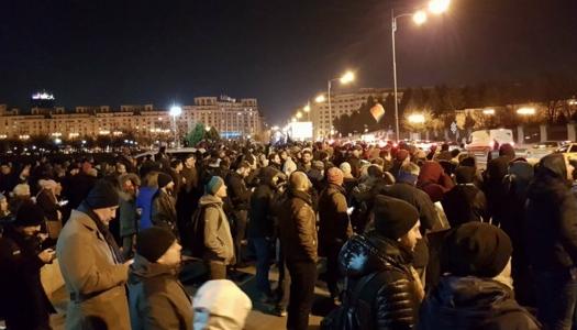Alertă! Protestatarii au ieșit în stradă și cer să fie călcați cu mașina de către parlamentari!
