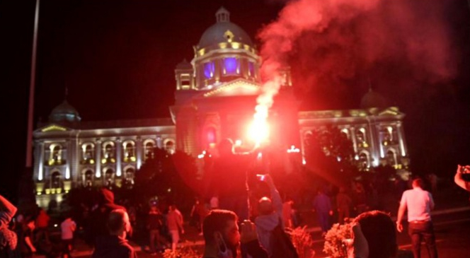 """Proteste violente în Serbia din cauza reveniriila starea de urgență. Se scandează """"Cataramă președinte și Cheloo ministru al Sănătății!"""""""