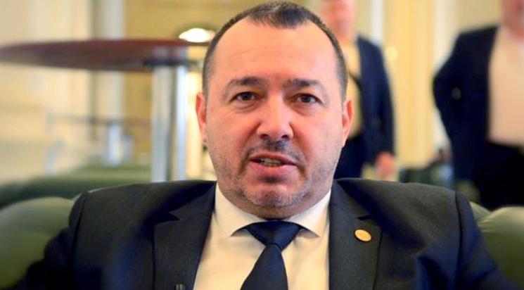 Prostovanul Mitralieră Rădulescu, de meserie doctor prin aşchiere, a luat două amenzi: una pentru că nu purta mască in benzinărie, a doua pentru că l-a amenințat pe polițist