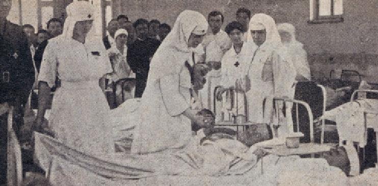"""Regina Maria, soră medicală şi """"mama răniților'la epidemia de tifos din 1916. Cu echipament de protecție din ăla vechi, fără buzunar"""