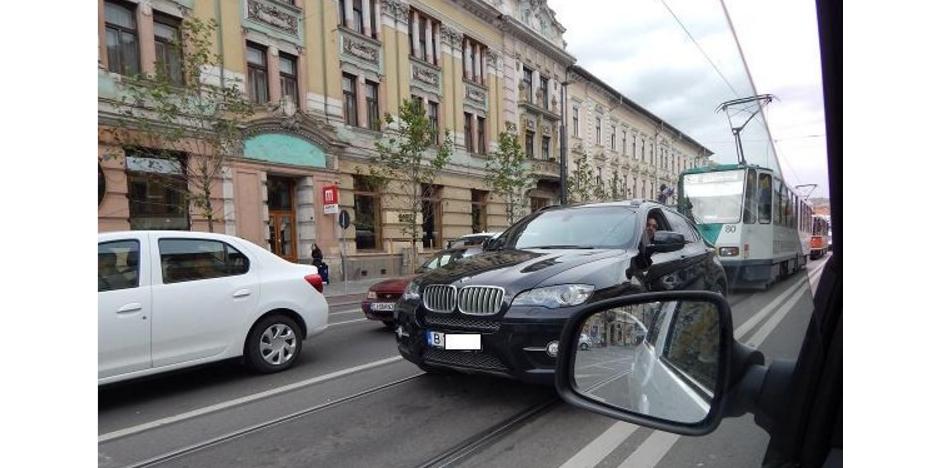 Un cocalar cu BMW a chemat poliția că îl urmărește tramvaiul!