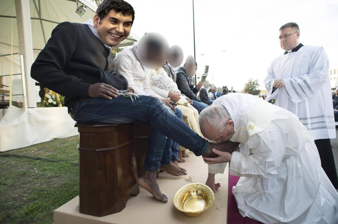 Scandal la Poarta Albă: Borcea l-a chemat pe Papa să-i pupe picioarele