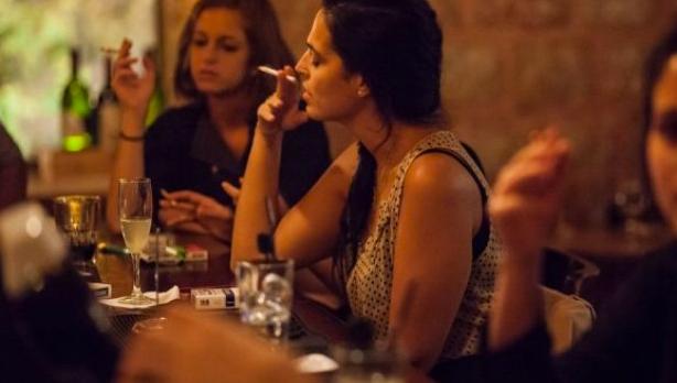 Aţentie, fumători! Poliţişti sub acoperire merg prin baruri şi oferă ţigări clienţilor