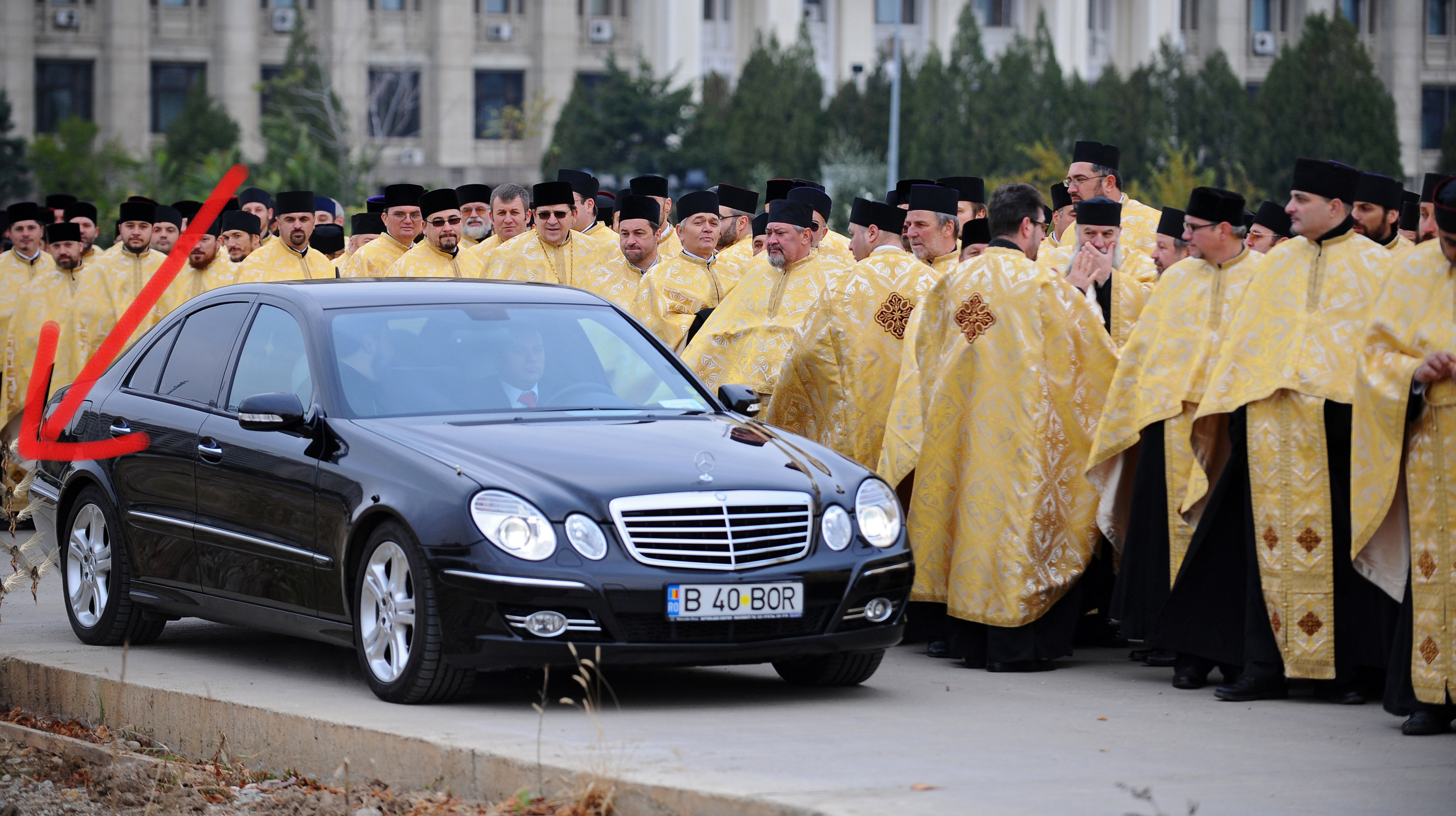 Ce scoate mașina nemțească a Patriarhului Daniel în loc de fum