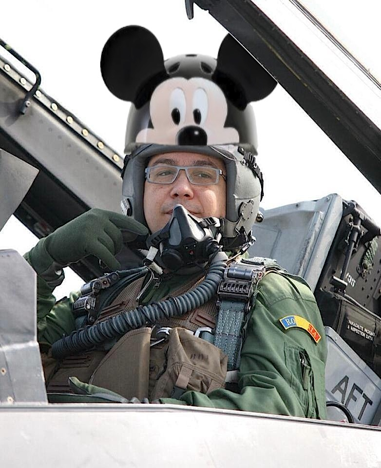 Uite ce cască meseriașă a purtat Victor Ponta la zborul cu F-16!