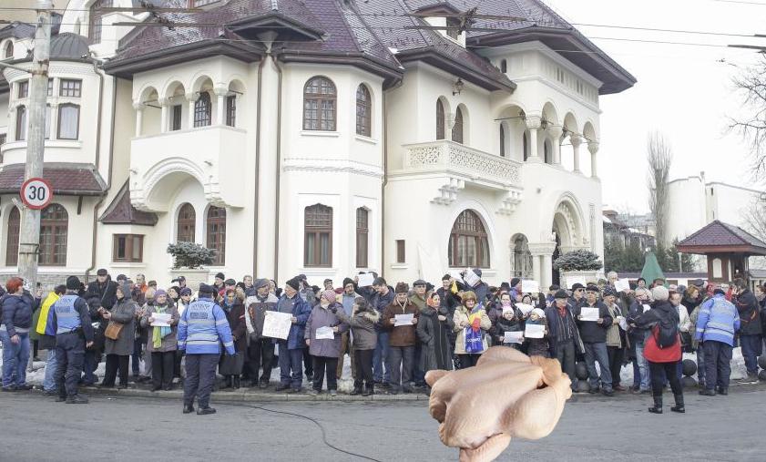 S-a spart mitingul PSD! O mână criminală a aruncat un pui congelat în fața manifestanților!