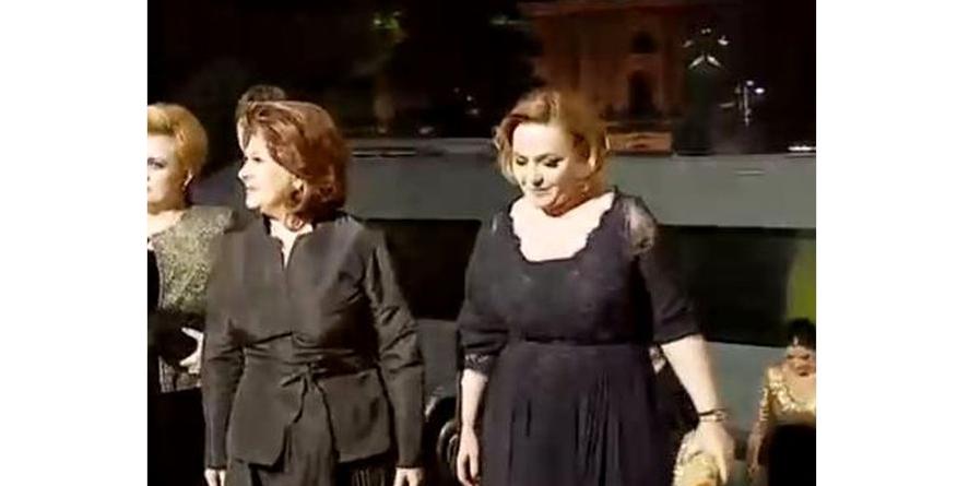 Rovana și Carmen Dan, îmbrăcate la Ateneu ca la o nuntă cu înmormântare la final!