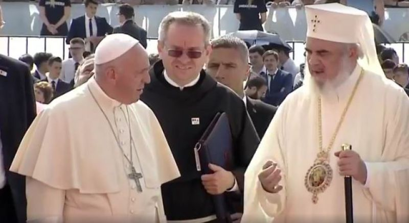 """Daniel: """"Să vorbim despre familia tradițională."""" Papa Francisc: """"Homosexualii sunt copiii lui Dumnezeu și au dreptul la o familie."""" Cam asta-i diferența"""