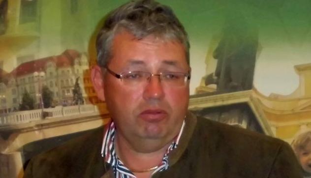 """Șeful Consiliului Județean Bihor se recomandă pe internet """"Pasztor Sandor from Hungary"""". De luna viitoare să-i bage Hungary salariul pe card!"""