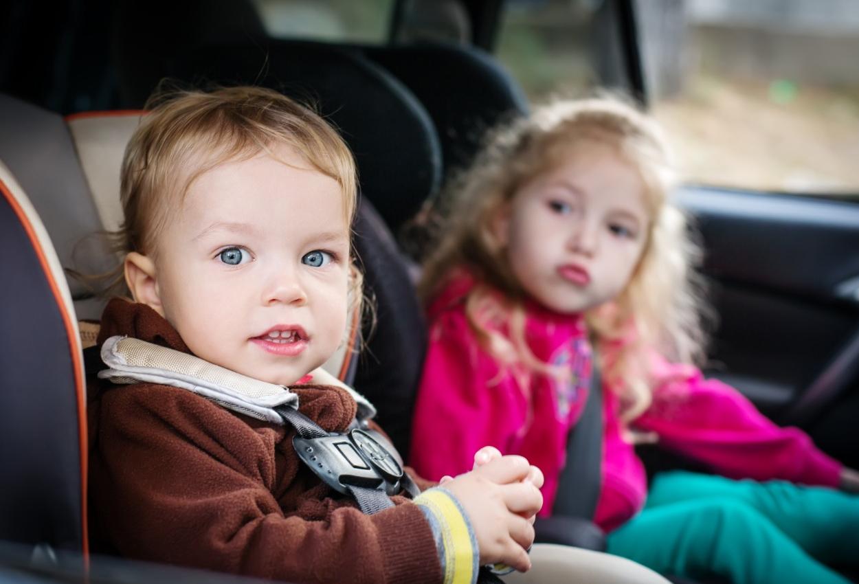 Reguli pentru cumpararea unui scaun auto pentru copii adecvat varstei si greutatii