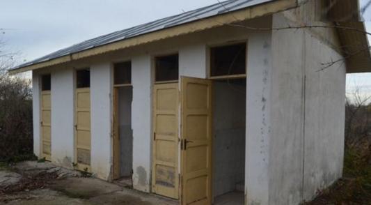 S-a găsit soluția pentru școlile cu toalete în curte: copiii vor veni cu olițele de acasă!