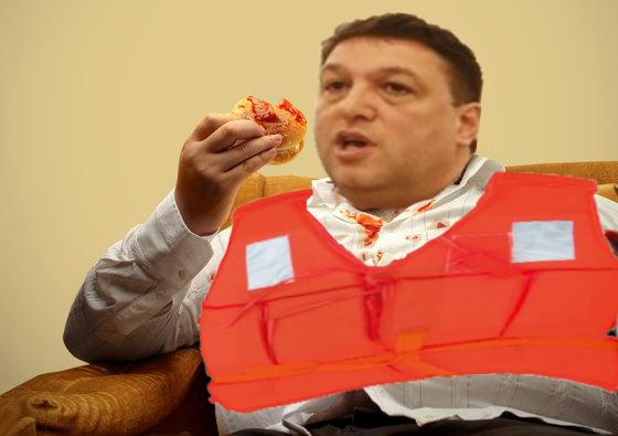 Șerban Nicolae mănâncă cu vesta de salvare pe el, să nu se înece!
