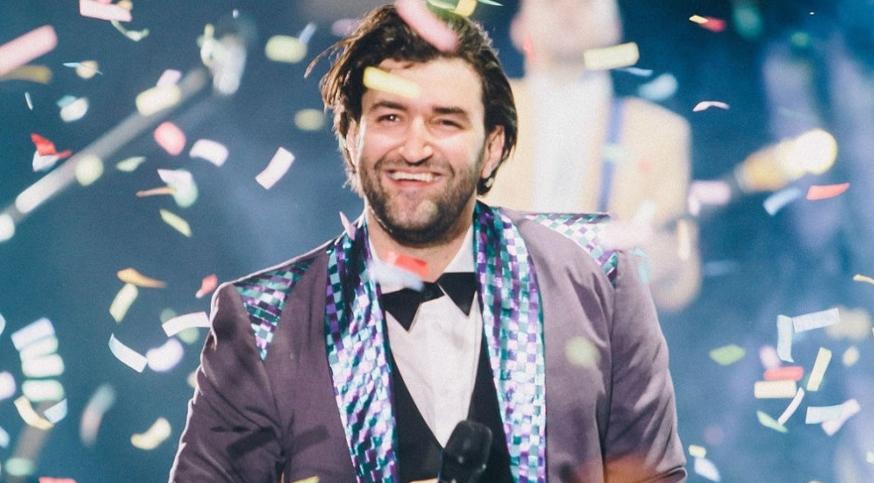 Smiley a luat 12.000 de euro de la stat ca să cânte pentru 200 de amețiți și vrea să-i și mulțumim pentru asta. Hai mersi, coae!