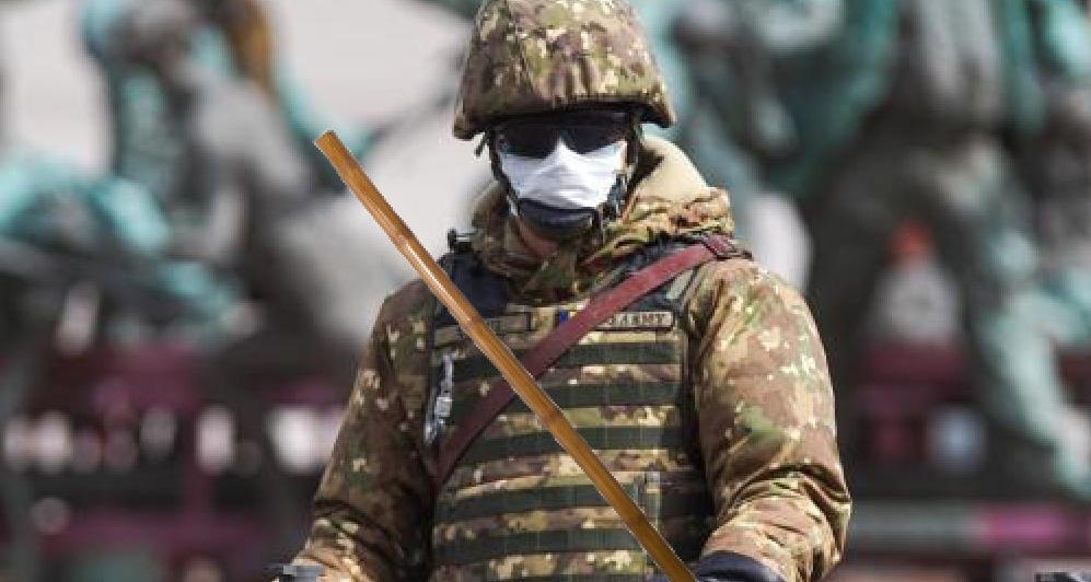 În sfârşit e linişte în Țăndărei: armata a renunțat la mitraliere şi s-aînarmat cu bețe de bambus, ca în India!