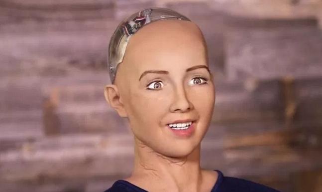 """Robotul Sophia, de nerecunoscut după vizitala București: la fiecare 3 cuvinte zice """"Ce p… mea!"""""""