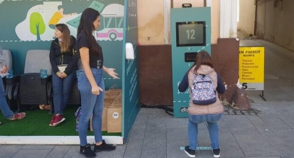 La Cluj a apărut o stație de autobuzîn care primești bilet gratis dacă faci 20 de genuflexiuni. Deci cu transpirația au rezolvat-o