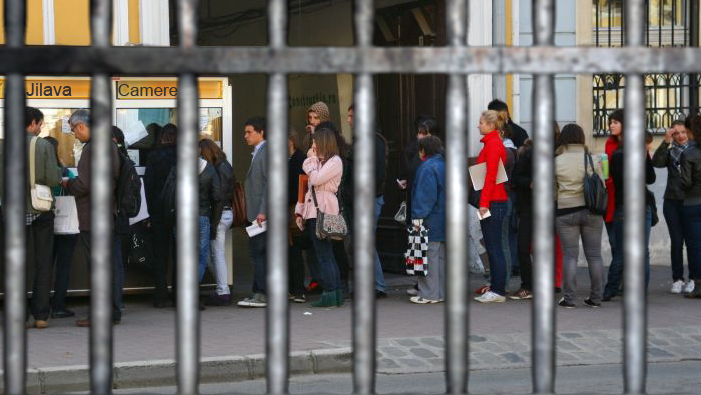 Coadă la Jilava: mii de studenți vor să ocupe camerele eliberate de deținuți!