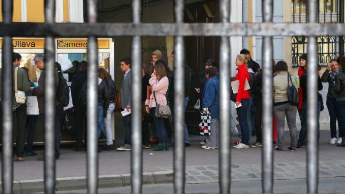 Coadă la Jilava: toți românii vor să intre la pușcărie pentru bani!