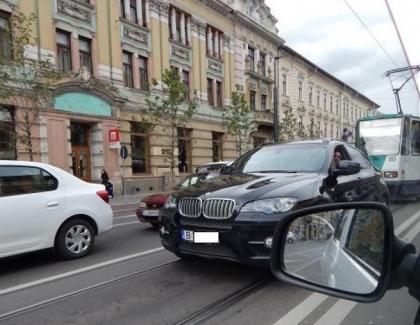 Un cocalar cu BMW a sunat la 112 că îl urmărește tramvaiul de 3 stații!