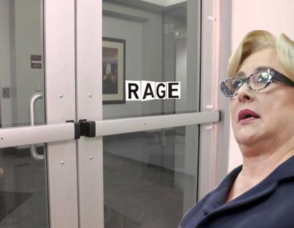 Viorica a răgușit în fața unei uși pe care scria TRAGE, dar căzuse prima literă!