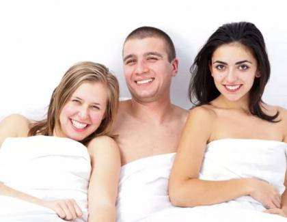 PornHub: Cea mai căutată familie tradițională la români e cea formată dintre un bărbat și două lesbiene!