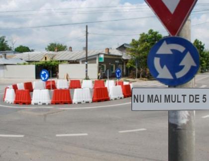 """Sub indicatoarele de sens giratoriu din Caracal scrie """"NU MAI MULT DE 5 ORI!"""""""