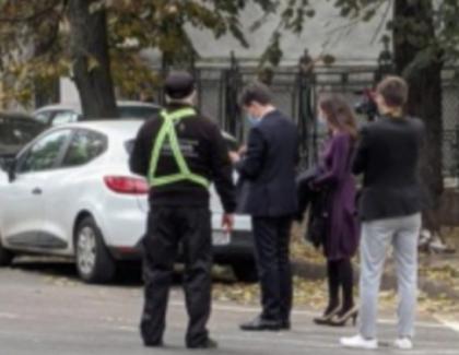 În prima zi ca primar, Nicușor Dan a parcat într-o parcare publică, cu plată, la 10 minute de birou. Firea venea cu coloană, ca orice socialist din popor