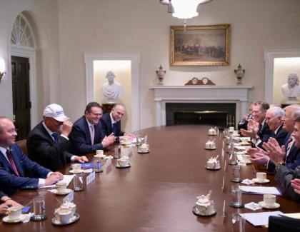 "Trump i-a dat lui Iohannis o șapcă cu ""Make Romania great again"", pentru el, și o draperie cu ""Make sarmaua small again"" pentru Veorica!"