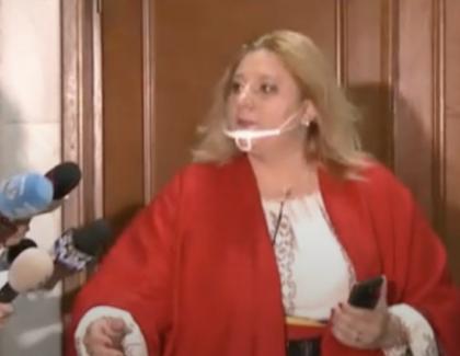 Diana Șoșoacă, bătută peste picioare în Parlament! 4 elicoptere SMURD se chinuie să o extragă de acolo!
