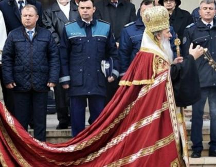 Teodosie, lăsat să treacă de filtrul de poliție sprePeştera Sfântului Andrei, cu mii de pelerini ascunşi sub fustele alea alelui!