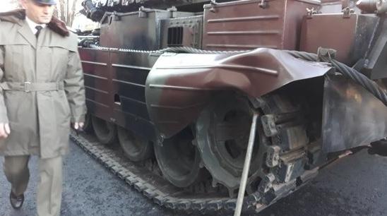 Ni se strică tancurile la defilare. În caz de război, o să ieșim să le împingem!