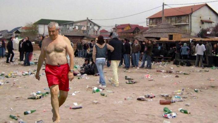 Tăriceanu e pe plajă la Vamă, dar nimeni nu l-a observat deoarece se confundă cu gunoiul!