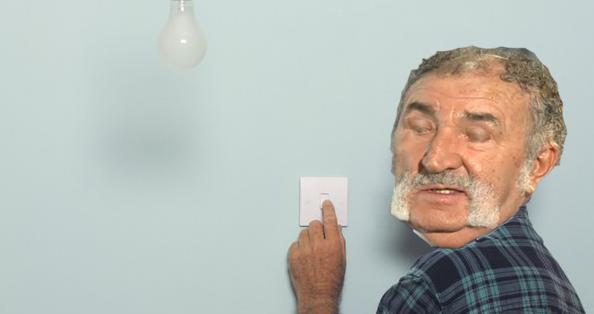 Țiriac e atât de zgârcit încât stinge lumina când clipește, ca să nu consume degeaba!